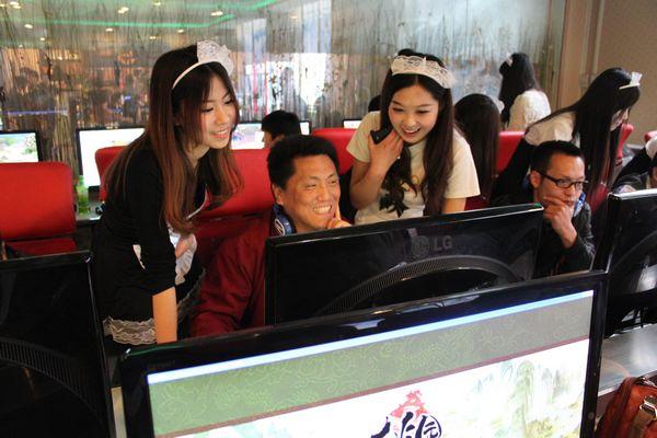 Di Cina, Gamer bisa Menyewa Seorang Wanita untuk Menemani Bermain Game!